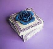 Sztuki pudełko dla biżuterii z błękitnym kwiatem na fiołkowym tle Zdjęcia Royalty Free