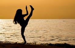 Sztuki samoobrony na plaży przy wschodem słońca fotografia royalty free