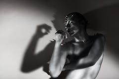 Sztuki sylwetka. Srebro Malującego mężczyzna ciało. Kształt w cieniach Obrazy Royalty Free