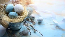 Sztuki Szczęśliwa wielkanoc; Wielkanocni jajka na błękita stołu tle Obraz Stock