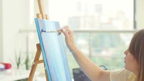 Sztuki, tw?rczo?ci, hobby, akcydensowego i kreatywnie zaj?cia poj?cie, Młodzi śliczni dziewczyna remisy w sztuka warsztacie zdjęcie wideo