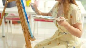Sztuki, tw?rczo?ci, hobby, akcydensowego i kreatywnie zaj?cia poj?cie, Młodzi śliczni dziewczyna remisy w sztuka warsztacie zbiory wideo