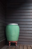 Sztuki wody zieleni dużego słoju ręcznie robiony ceramiczny na ściennym drewnianym tle zdjęcie stock