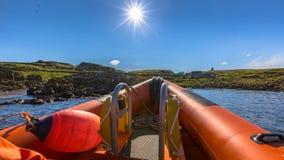 Sztywno nadmuchiwany łódkowaty słoneczny dzień zdjęcia stock