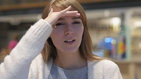 Szukać gest młodej kobiety obsiadaniem w kawiarni fotografia stock