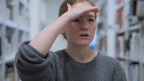 Szukać gest młodej kobiety obsiadaniem w kawiarni zdjęcie stock