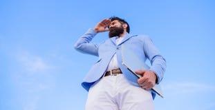 Szukać sposobności i nowe szansy Mężczyzny kostiumu formalnego kierownika przyglądający kierunek Rozwija biznesowy kierunek zdjęcia stock