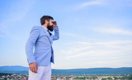 Szukać sposobności i nowe szansy Rozwija biznesowy kierunek Biznesmen twarzy nieba brodaty tło człowieku zdjęcia royalty free