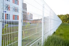 Szuka białego kratownicy ogrodzenie w przyszłości Selekcyjna ostro?? fotografia stock