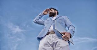 Szuka? sposobno?ci i nowe szansy M??czyzny kostiumu formalnego kierownika przygl?daj?cy kierunek Rozwija biznesowy kierunek obrazy stock