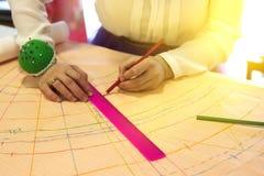 Szwaczka, krawczyna, krajacz z władcą i ołówek, wzór igły Zdjęcie Stock
