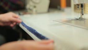 Szwaczka mierzy długość tkanina zbiory