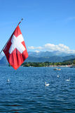 Szwajcar flaga Nad Jeziorną lucerną Zdjęcia Royalty Free