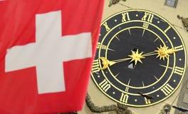 Szwajcar flaga przód sławny zegarowy wierza w Bern, Szwajcaria fotografia stock