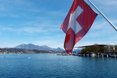 Szwajcar flaga w Jeziornej lucernie, Szwajcaria Fotografia Stock
