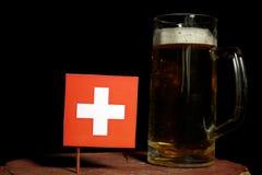 Szwajcar flaga z piwnym kubkiem na czerni Zdjęcie Royalty Free
