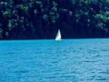 Szwajcaria, Lauterbrunnen, żaglówki żeglowanie NA morzu PRZECIW niebu zdjęcia royalty free