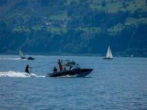 Szwajcaria, Lauterbrunnen, ludzie ŻEGLUJE NA żaglówce W morzu obraz royalty free
