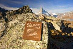 Szwajcaria, Zermatt, Październik 19, 2018: Psalm biblii Pamiątkowa pastylka dla turystów jasna woda halny jeziorny Stellisee zdjęcie stock