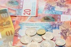 Szwajcarscy franki notatek i monety z Nowymi dwadzieścia Szwajcarskiego franka rachunkami Zdjęcie Royalty Free