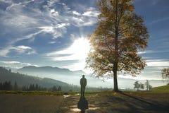 Szwajcarska Alp wycieczkowiczy i sylwetek jesieni panorama obrazy stock