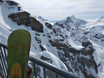 Szwajcarska jazda na snowboardzie i góry obrazy stock