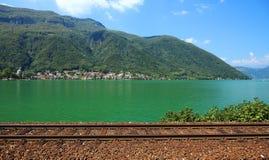 Szwajcarska linia kolejowa blisko jeziora zdjęcie royalty free