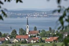 Szwajcarska wioska na jeziorze Zdjęcia Royalty Free