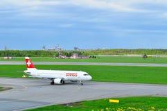 Szwajcarski linii lotniczej Aerobus A320-214 samolot bierze od Pulkovo lotniska międzynarodowego w Petersburg, Rosja Zdjęcia Royalty Free