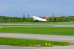 Szwajcarski linii lotniczej Aerobus A320-214 samolot bierze od Pulkovo lotniska międzynarodowego w Petersburg, Rosja Obrazy Stock