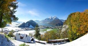 Szwajcarski miasteczko i góry w zimie Obraz Royalty Free