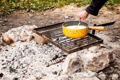 Szwajcarski serowy fondue gotujący w outside łupce obrazy stock