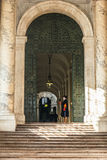 Szwajcarski strażnik przed wejściem przy świętego Peter ` s bazyliką obrazy royalty free