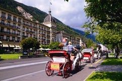 Szwajcarski Turystyczny miasteczko Interlaken Główna Ulica z Uroczystym Hotelowym Wiktoria fotografia stock