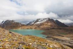 Szwajcarski wysokogórski krajobraz, halny jeziorny widok Obrazy Stock