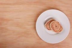 Szwajcarskiej rolki tort z czerwonym jagodowym dżemem Fotografia Royalty Free
