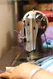 Szwalna maszyna i ręka Zdjęcia Stock