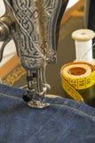 Szwalna maszyna i rzecz ubraniowy materiał Obraz Stock