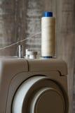 Szwalna maszyna i szwalni akcesoria Fotografia Stock