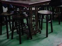 Szwalna maszyna jest stołu i krzesła drewnem zdjęcia stock