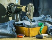 Szwalna maszyna past z nicią i nożycami Zdjęcia Royalty Free