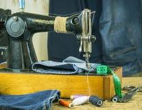 Szwalna maszyna past z nicią i nożycami Zdjęcie Stock