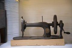 Szwalna maszyna XVIII wiek i działał rękojeścią Obrazy Stock