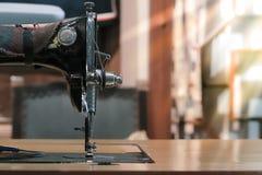 Szwalna maszyna z białą tkaniną, rocznik szwalnej maszyny styl Fotografia Royalty Free