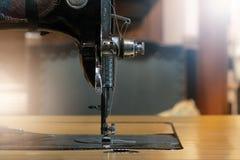 Szwalna maszyna z białą tkaniną, rocznik szwalnej maszyny styl Fotografia Stock