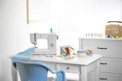 Szwalna maszyna z tkaniną na stole Zdjęcia Stock