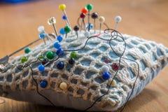 Szwalna poduszka z barwionymi szpilkami Zdjęcia Stock