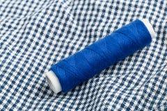 Szwalna przędzy rolka na tkaninie Obraz Royalty Free