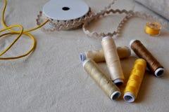 Szwalne nici na Bieliźnianym tkaniny tle zdjęcia stock