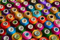 Szwalne nici różnorodny kolor na wrzecionach zdjęcia royalty free